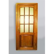 Дверь из дерева с девятью стеклянными ставками фото