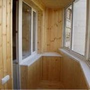 Деревянный шкаф до подоконника фото