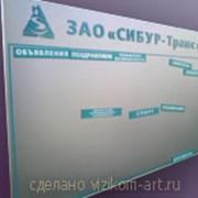 Корпоративный офисный стенд с подвижными ламелями фото
