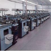 Промышленное швейное оборудование в ассортименте фотография
