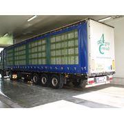 Транспорт с ящиками для перевозки живой птицы. фото