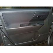 Обшивка передних дверей автомобиля фото