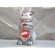 Декоративная фигура зайчонок с подарком фото