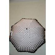 Необычный черный зонтик в белый горошек для свадьбы в стиле ретро. фото
