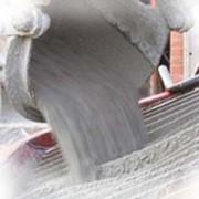 Бетон для фундамента жидкий тяжёлый товарный строительный на гравии М350 B25 фото