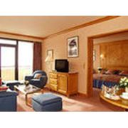Мебель для гостиниц из светлых пород деревьев. фото