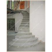 Монолитная лестница. Маршевая лестница с пригласительными ступенями и площадкой фото
