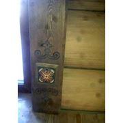 Наличник дверной с художественной резьбой по дереву и керамической розеткой фото