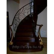 Лестница 3д на металлокаркасе с кованными ограждениями фото
