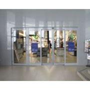 Алюминиевые распашные и маятниковые двери фото