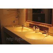 Столешница в ванную комнату монолитом с раковиной из искусственного камня фото