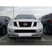 Решетка в бампер центральная черная Nissan Navara (11-) фото