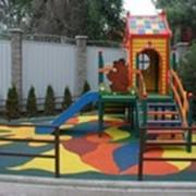 Устройство детских спортивных площадок, Сплошное бесшовное покрытие фото