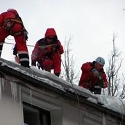 Сброс снега зимой с крыши фото