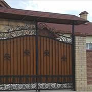 Распашные ворота чёрно-коричневые узористые фото