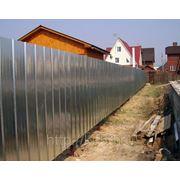 Забор из профнастила оцинкованного высотой 2 м материалы фото