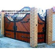 Ворота тесовые кованые из лиственницы. фото