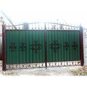 Ворота из проф листа с элементами ковки. фото