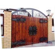 Деревянные ворота с коваными элементами. фото