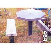 Стол и скамейка на кладбище фото