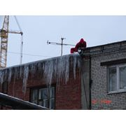 уборка снега и наледи с крыш домов фото