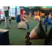 Пейнтбол. Игры в тренировочном пейнтбольном зале с резиновыми шарами фото