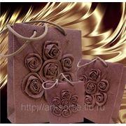 Пакет подарочный с объёмными розами фото