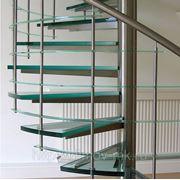 Винтовые лестницы со стеклянными ступенями фото