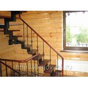Лестница на центральном металлическом косоуре с ковкой фото