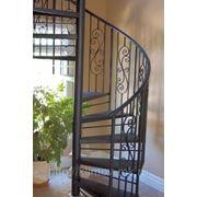 Винтовая лестница с ковкой фото