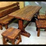 Комплект деревянной мебели. Стол, скамейка, стулья фото