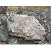 Глыба (60-100 кг) каменная мраморная вишневый с белыми прожилками. фото