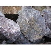 Глыба (30-60 кг) каменная мраморная вишневый с белыми прожилками. фото