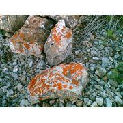 Камень дикий с оранжевым мхом для ландшафтных горок и водоемов. фото