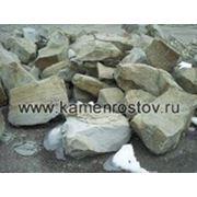 Бутовый камень серо-зеленый строительный фото