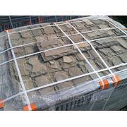 Плитка со сколом из природного камня, песчаника, серо-зеленого оттенка. фото