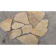 Природный камень, желто-рыжего оттенка с разводами, дикой формы (пластушка) фото