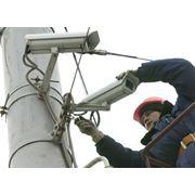 Система видеонаблюдения позволяет визуально следить за перемещением людей в помещении и на территории. Сигнал с камер передается на экран в помещении охраны или записывается. Камеры также могут приводить в действие системы сигнализации. Видеокамеры раздел