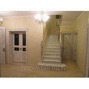 Дубовая лестница под белой эмалью с патиной. фото