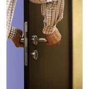Ремонт. Установка замка на деревянную, железную дверь. фото