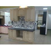 Кухня с кованным фартуком фото