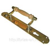 Опорная дверная ручка на пластине, с деревянной державкой фото