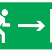 Эвакуационный знак, код E 03 Направление к эвакуационному выходу направо фото