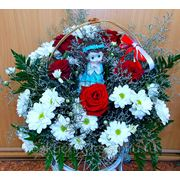 """Композиция с 5 красными розами и хризантемами в корзине """"С юбилеем!"""" фото"""