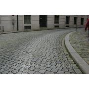 Укладка бордюрных камней, мощение дорожек. фото