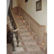 Лестница с настенными деревяными панелями фото