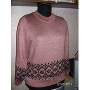 Розовый свитер с чёрным рисунком