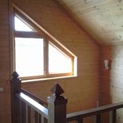 Деревянное окно треугольной формы фото
