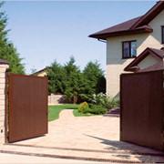 Распашные ворота коричневые фото
