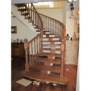 Лестница с гнутым поручнем из массива ясеня  фото